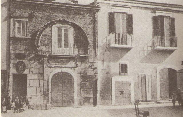 Via Pescheria angolo Piazza Nigri, l'arco del portale della Reggia di Federico II, e, a destra, la casa natale del Maestro Umberto Giordano, ai primi del '900.