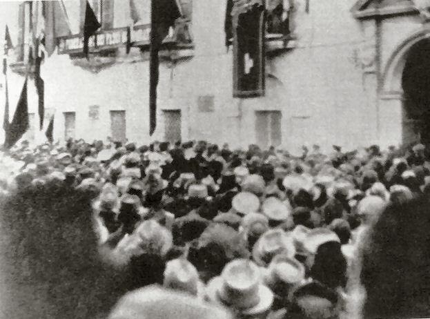 10 giugno 1940. In piazza 20 settembre i foggiani ascoltanol la dichiarazione di guerra