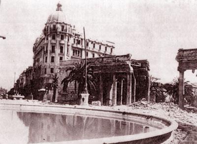 Il pronao della villa dopo i bombardamenti
