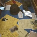 Alcuni degli oggetti di militaria esposti.